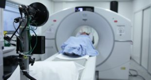 Czym różni się rezonans magnetyczny od tomografii komputerowej?