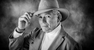 starszy mężczyzna w kapeluszu