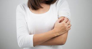 Kobieta drapiąca się w ramię