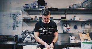 Zachary Staines w kuchni