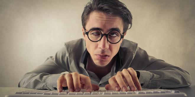 Mężczyzna przed komputerem - zmęczone oczy